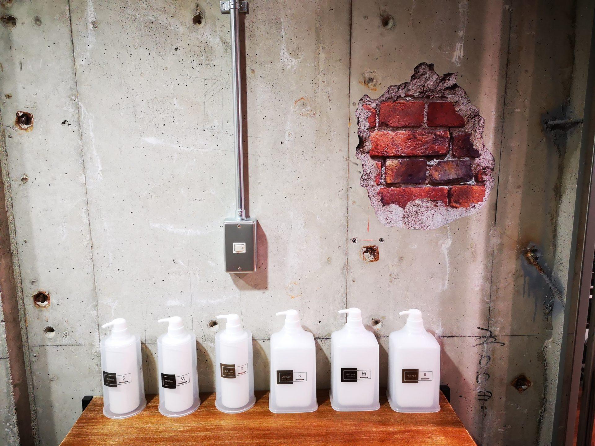 コンクリート打ちっぱなしの壁にステッカー